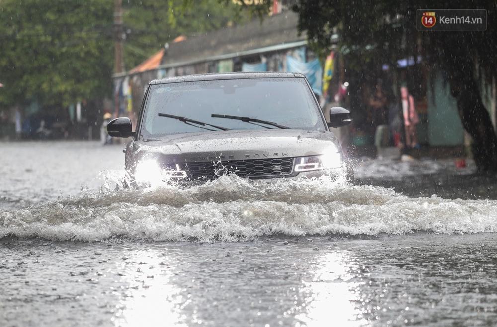 Ảnh: Ô tô chết máy, trôi bồng bềnh trên đường ngập ở Sài Gòn sau mưa lớn - Ảnh 5.