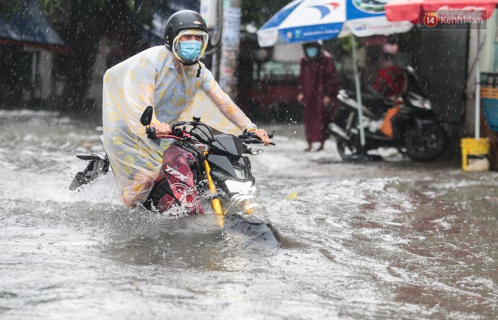 Ảnh: Ô tô chết máy, trôi bồng bềnh trên đường ngập ở Sài Gòn sau mưa lớn - Ảnh 11.