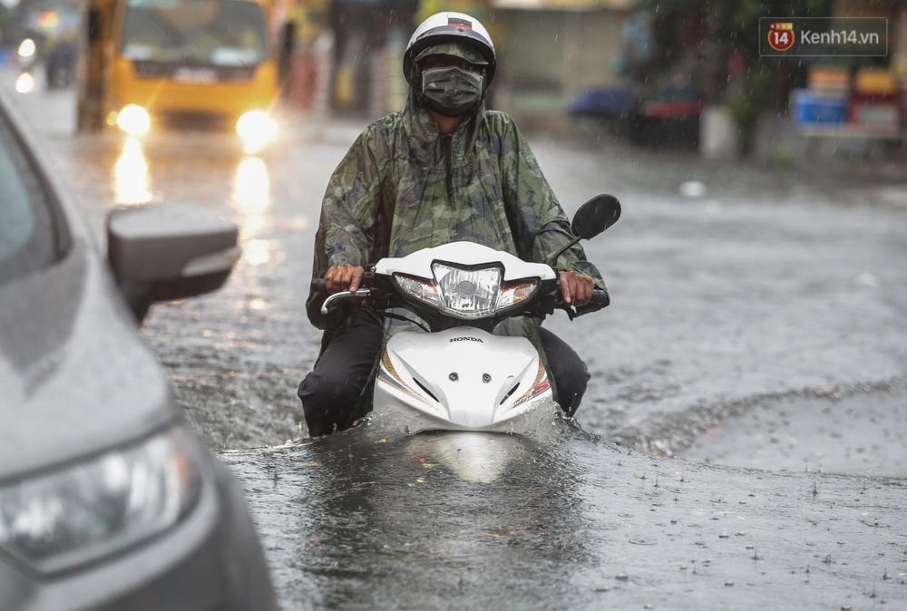 Ảnh: Ô tô chết máy, trôi bồng bềnh trên đường ngập ở Sài Gòn sau mưa lớn - Ảnh 9.