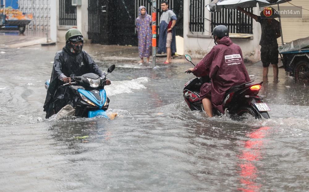 Ảnh: Ô tô chết máy, trôi bồng bềnh trên đường ngập ở Sài Gòn sau mưa lớn - Ảnh 12.