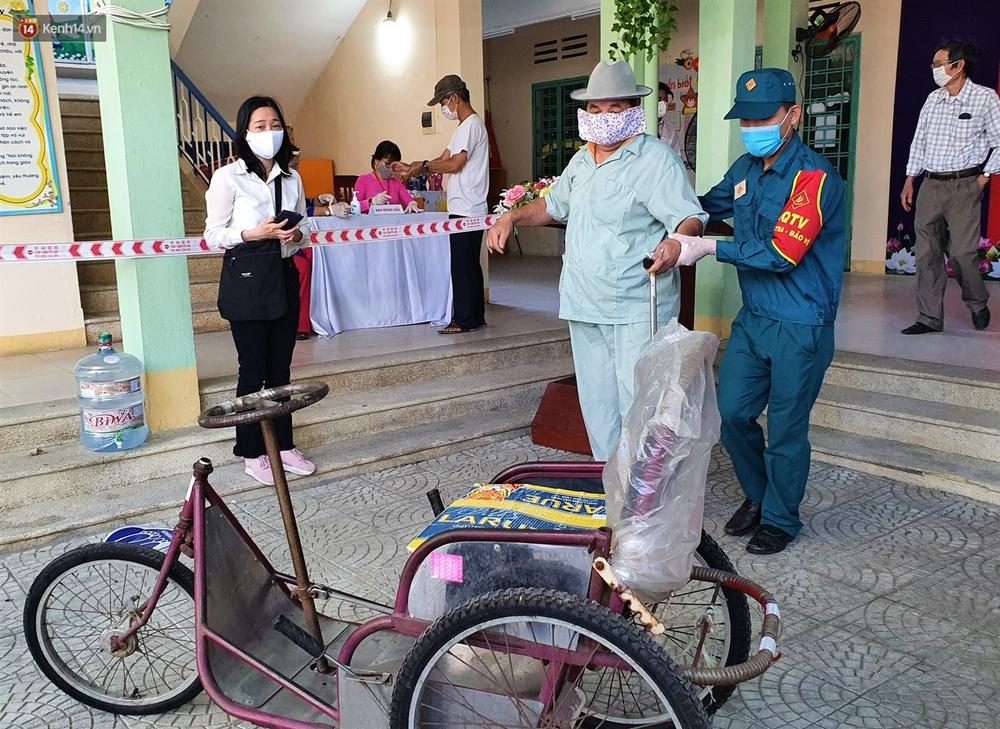 Những cử tri đặc biệt bỏ phiếu bầu cử ở Đà Nẵng - Ảnh 8.