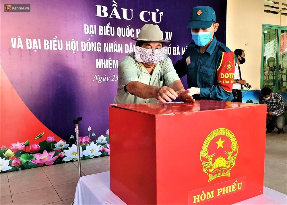 Những cử tri đặc biệt bỏ phiếu bầu cử ở Đà Nẵng - Ảnh 7.