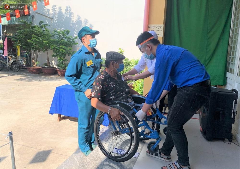 Những cử tri đặc biệt bỏ phiếu bầu cử ở Đà Nẵng - Ảnh 4.