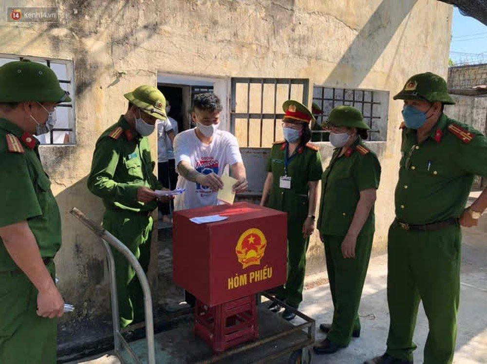 Những cử tri đặc biệt bỏ phiếu bầu cử ở Đà Nẵng - Ảnh 12.