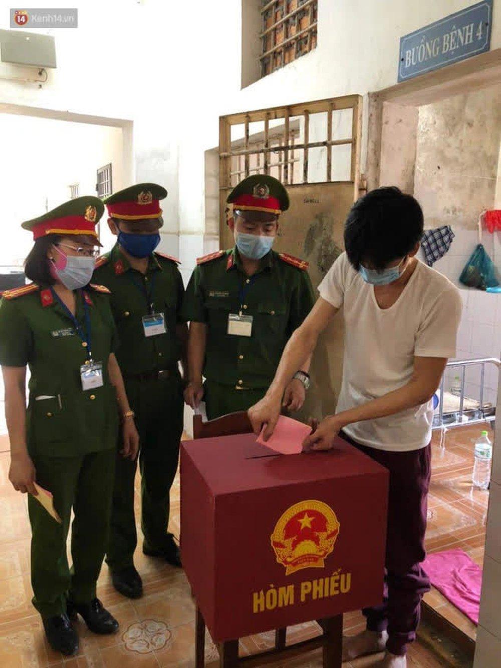 Những cử tri đặc biệt bỏ phiếu bầu cử ở Đà Nẵng - Ảnh 11.
