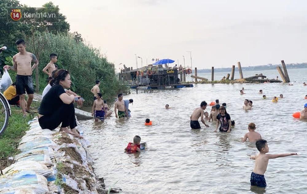 Đông nghịt người đổ ra sông Hồng tắm giải nhiệt bất chấp diễn biến phức tạp của dịch Covid-19 - Ảnh 4.