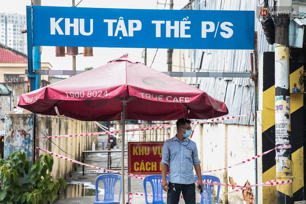 Ảnh: Phong toả khu tập thể ở quận Bình Thạnh, thần tốc lấy mẫu xét nghiệm hàng trăm người dân - Ảnh 1.