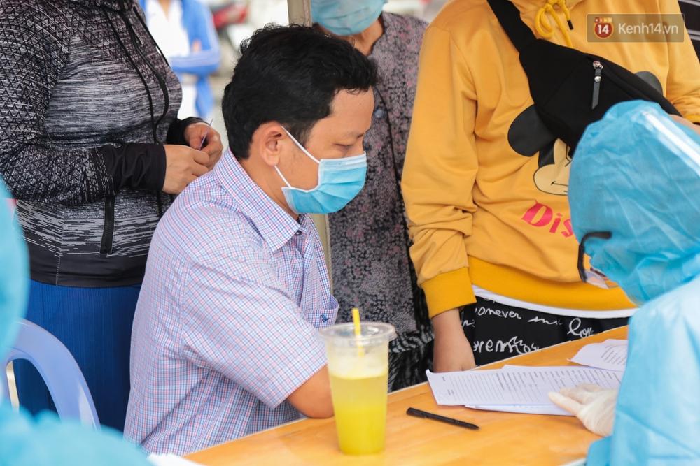 Ảnh: Phong toả khu tập thể ở quận Bình Thạnh, thần tốc lấy mẫu xét nghiệm hàng trăm người dân - Ảnh 6.
