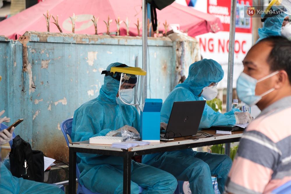 Ảnh: Phong toả khu tập thể ở quận Bình Thạnh, thần tốc lấy mẫu xét nghiệm hàng trăm người dân - Ảnh 4.