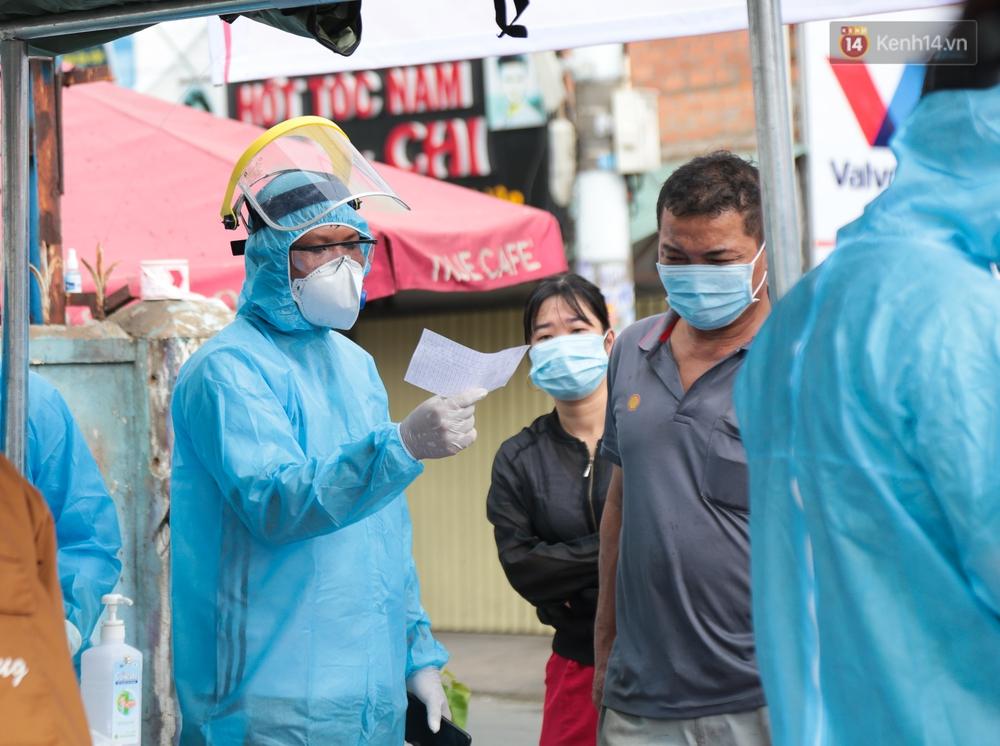 Ảnh: Phong toả khu tập thể ở quận Bình Thạnh, thần tốc lấy mẫu xét nghiệm hàng trăm người dân - Ảnh 9.