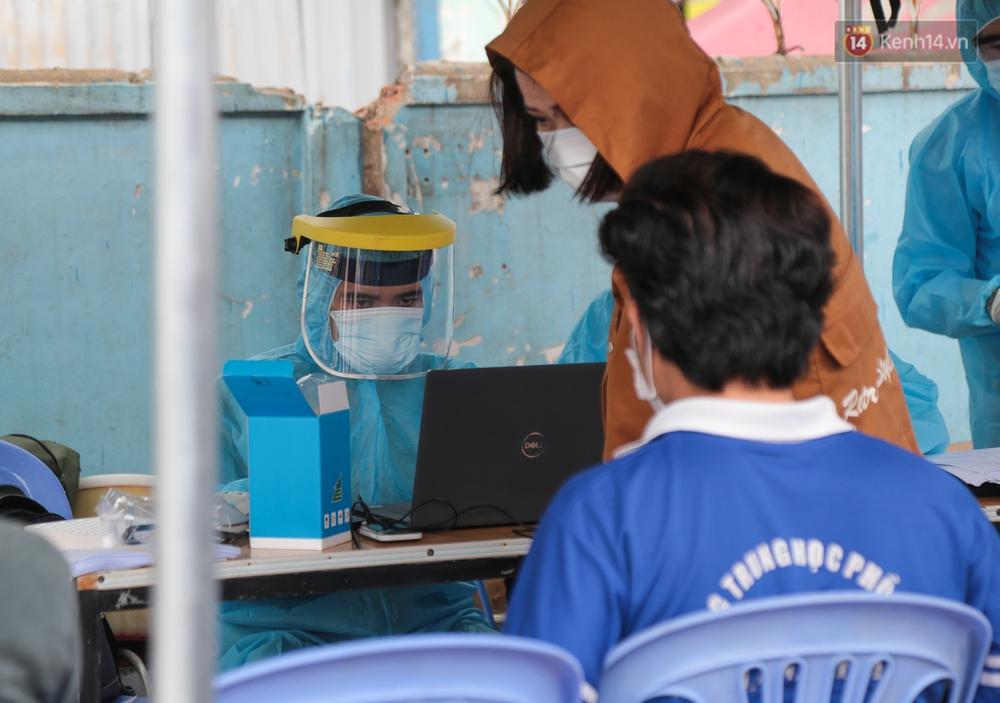 Ảnh: Phong toả khu tập thể ở quận Bình Thạnh, thần tốc lấy mẫu xét nghiệm hàng trăm người dân - Ảnh 5.