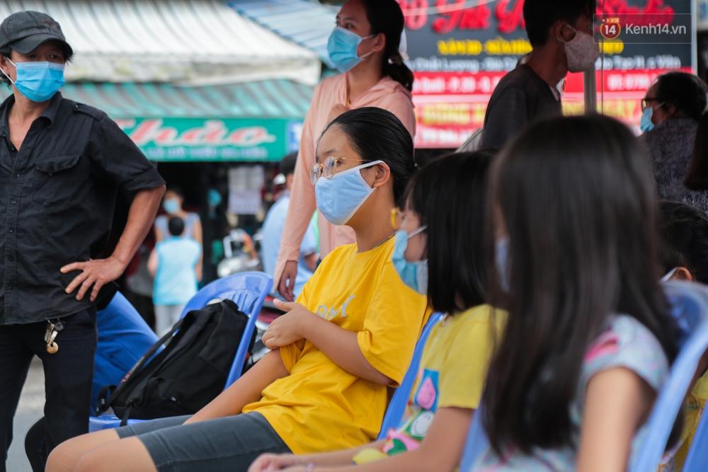 Ảnh: Phong toả khu tập thể ở quận Bình Thạnh, thần tốc lấy mẫu xét nghiệm hàng trăm người dân - Ảnh 7.