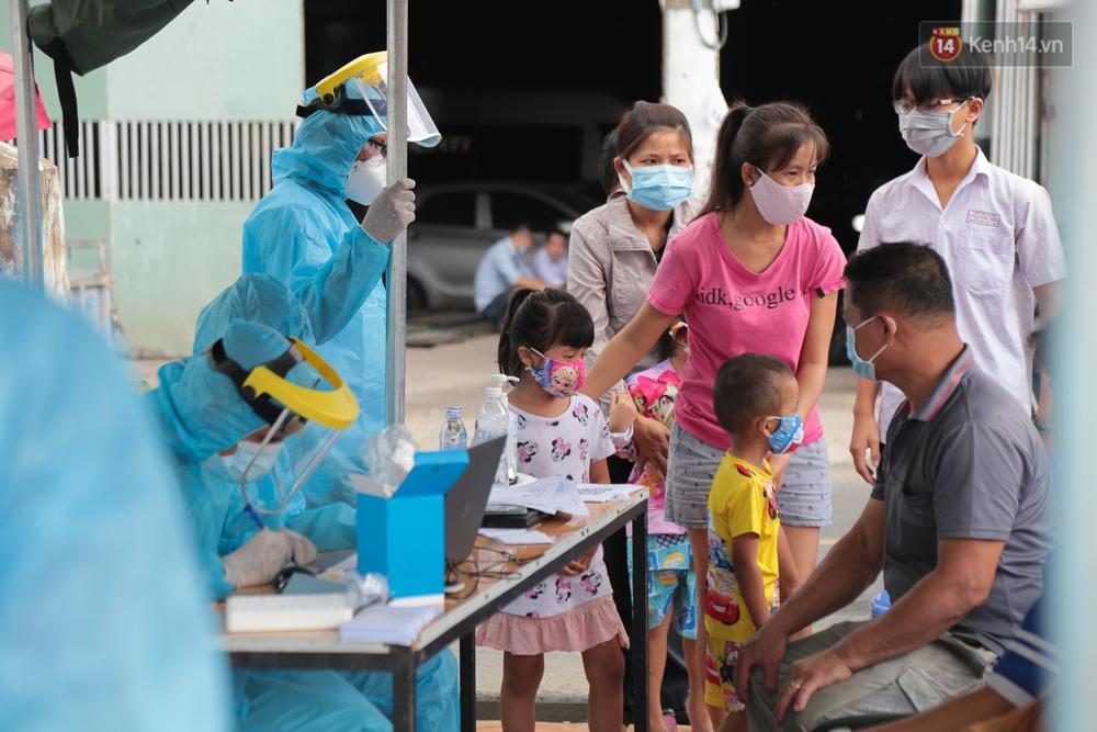 Ảnh: Phong toả khu tập thể ở quận Bình Thạnh, thần tốc lấy mẫu xét nghiệm hàng trăm người dân - Ảnh 3.