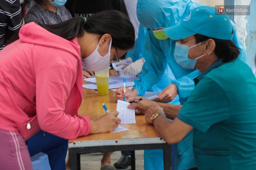 Ảnh: Phong toả khu tập thể ở quận Bình Thạnh, thần tốc lấy mẫu xét nghiệm hàng trăm người dân - Ảnh 8.