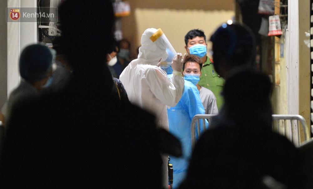 Hà Nội: Phong toả con ngõ, phun khử khuẩn nơi ở của ca dương tính SARS-CoV-2 tại Bắc Từ Liêm ngay trong đêm - Ảnh 2.