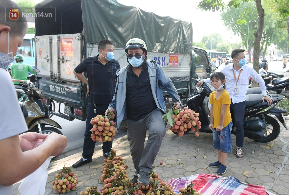 Ảnh: Người Hà Nội đội nắng, đổ xô đi mua ủng hộ vải Bắc Giang - Ảnh 5.