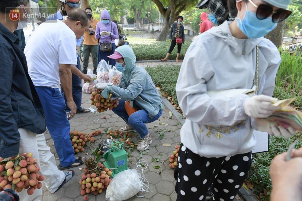 Ảnh: Người Hà Nội đội nắng, đổ xô đi mua ủng hộ vải Bắc Giang - Ảnh 6.