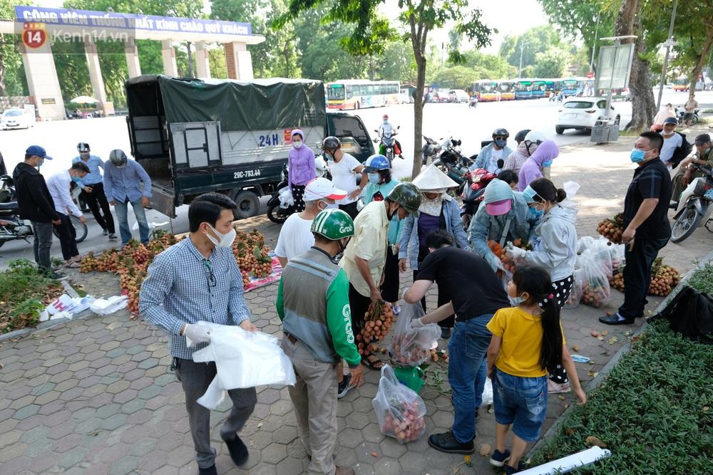 Ảnh: Người Hà Nội đội nắng, đổ xô đi mua ủng hộ vải Bắc Giang - Ảnh 2.
