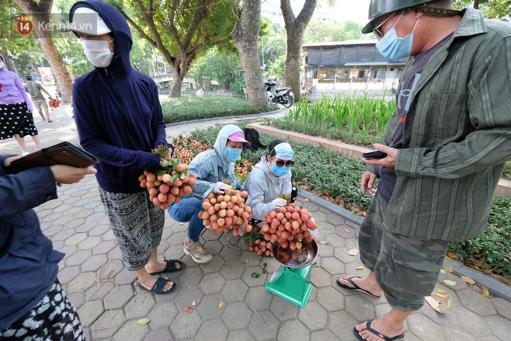 Ảnh: Người Hà Nội đội nắng, đổ xô đi mua ủng hộ vải Bắc Giang - Ảnh 3.