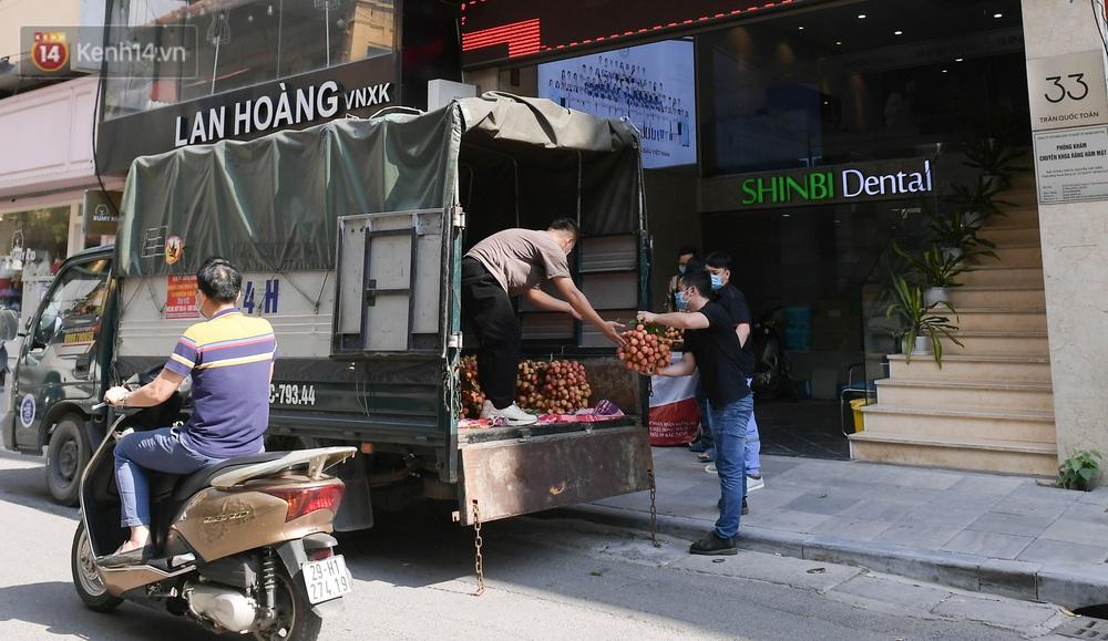 Ảnh: Người Hà Nội đội nắng, đổ xô đi mua ủng hộ vải Bắc Giang - Ảnh 7.