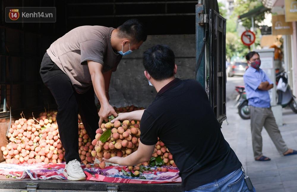 Ảnh: Người Hà Nội đội nắng, đổ xô đi mua ủng hộ vải Bắc Giang - Ảnh 8.