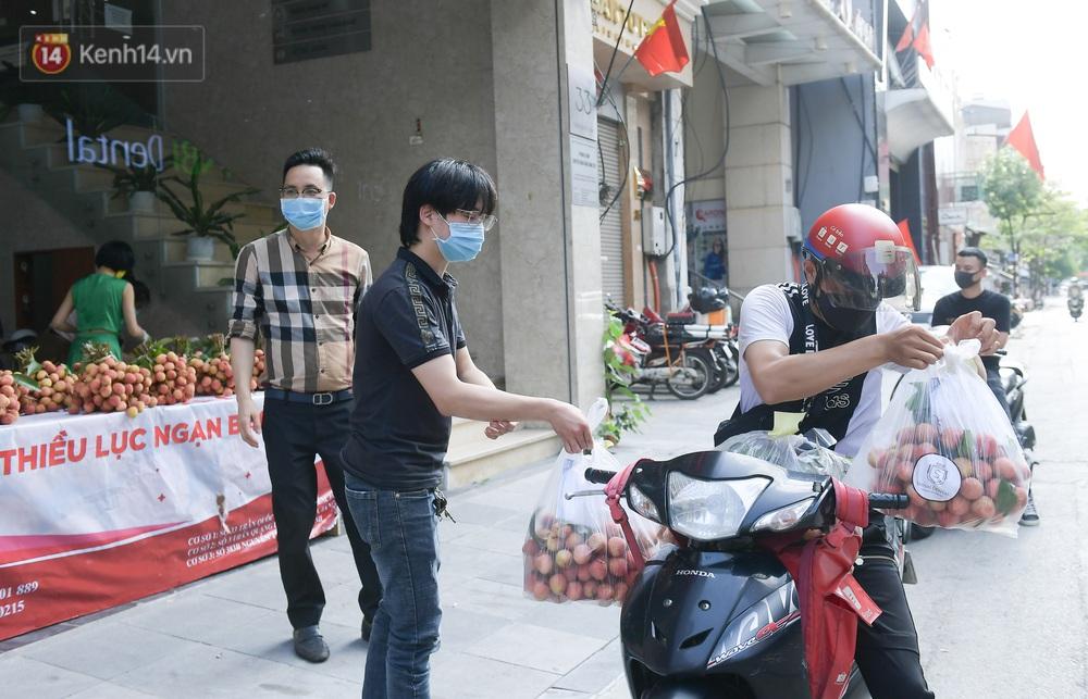 Ảnh: Người Hà Nội đội nắng, đổ xô đi mua ủng hộ vải Bắc Giang - Ảnh 11.