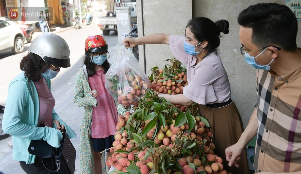 Ảnh: Người Hà Nội đội nắng, đổ xô đi mua ủng hộ vải Bắc Giang - Ảnh 10.