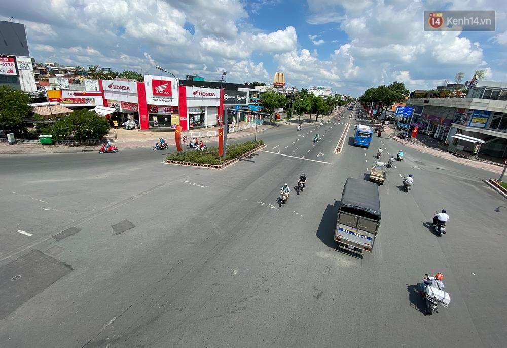 Bên trong quận Gò Vấp ngày đầu thực hiện cách ly xã hội theo Chỉ thị 16: Người dân bình tĩnh vượt đại dịch - Ảnh 1.