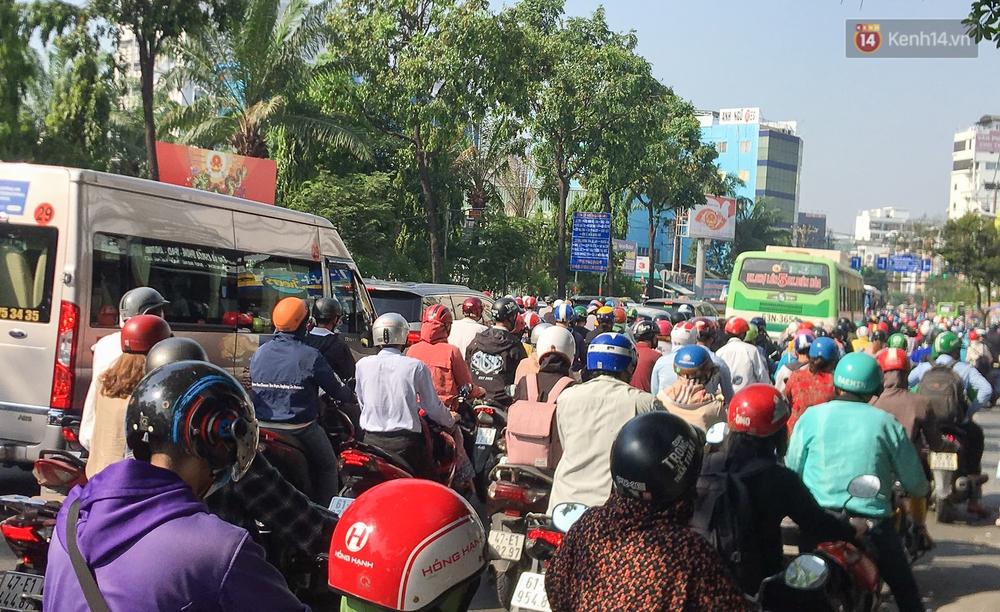 Ngày đầu đi làm sau nghỉ lễ, người Sài Gòn bị trễ giờ vì kẹt xe quá kinh khủng - Ảnh 1.