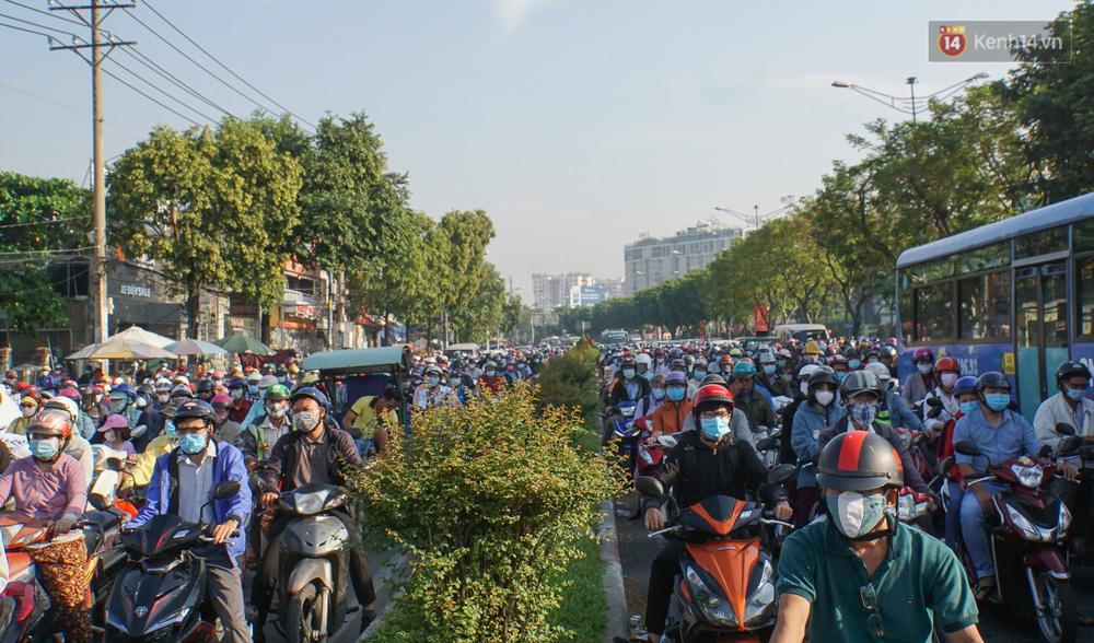 Ngày đầu đi làm sau nghỉ lễ, người Sài Gòn bị trễ giờ vì kẹt xe quá kinh khủng - Ảnh 3.