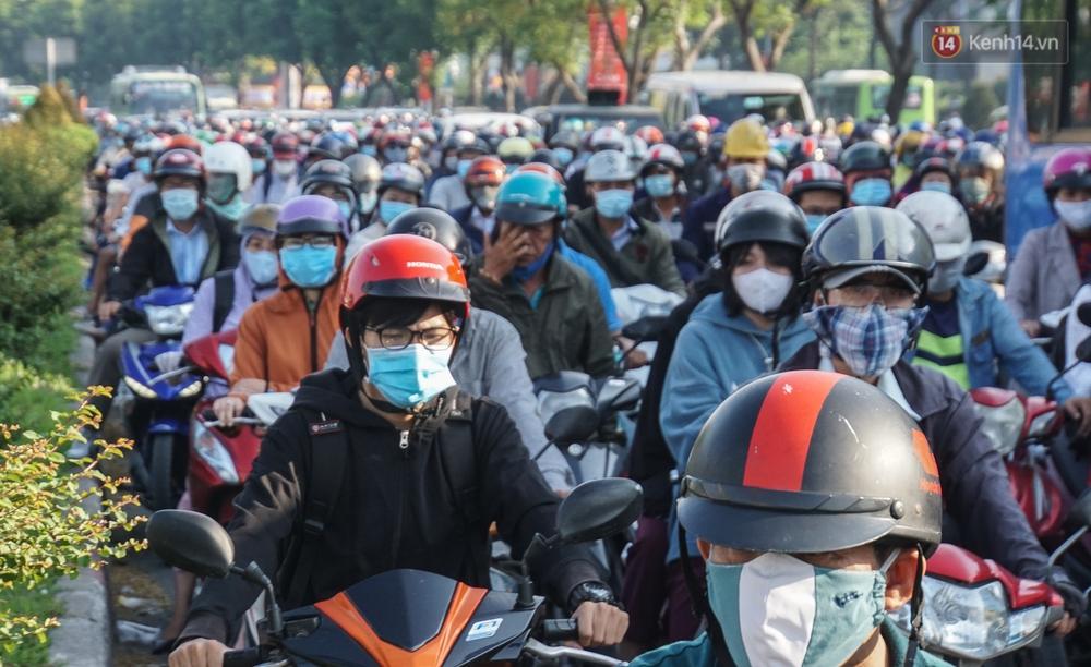 Ngày đầu đi làm sau nghỉ lễ, người Sài Gòn bị trễ giờ vì kẹt xe quá kinh khủng - Ảnh 6.