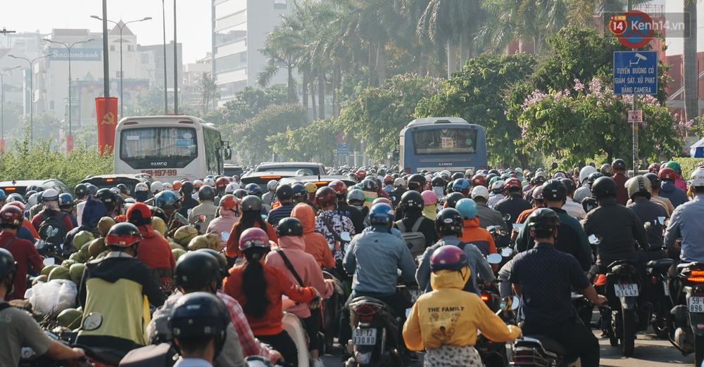 Ngày đầu đi làm sau nghỉ lễ, người Sài Gòn bị trễ giờ vì kẹt xe quá kinh khủng - Ảnh 4.