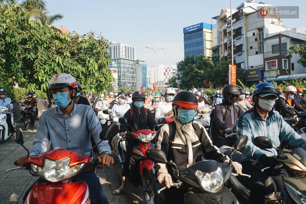 Ngày đầu đi làm sau nghỉ lễ, người Sài Gòn bị trễ giờ vì kẹt xe quá kinh khủng - Ảnh 11.