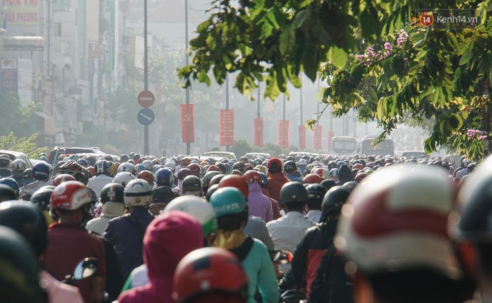 Ngày đầu đi làm sau nghỉ lễ, người Sài Gòn bị trễ giờ vì kẹt xe quá kinh khủng - Ảnh 5.