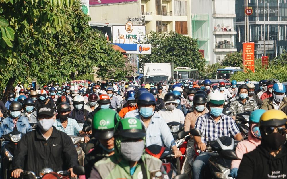 Ngày đầu đi làm sau nghỉ lễ, người Sài Gòn bị trễ giờ vì kẹt xe quá kinh khủng - Ảnh 13.