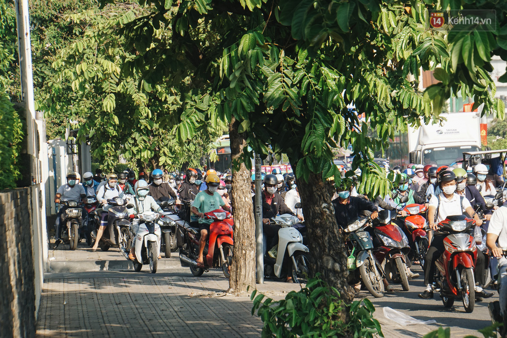 Ngày đầu đi làm sau nghỉ lễ, người Sài Gòn bị trễ giờ vì kẹt xe quá kinh khủng - Ảnh 12.