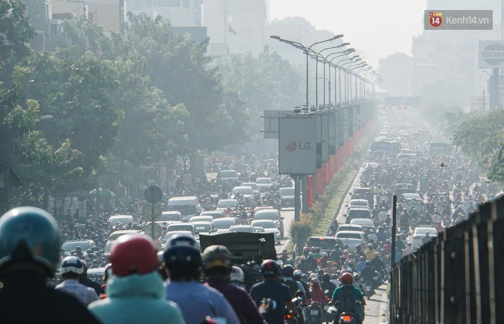 Ngày đầu đi làm sau nghỉ lễ, người Sài Gòn bị trễ giờ vì kẹt xe quá kinh khủng - Ảnh 7.