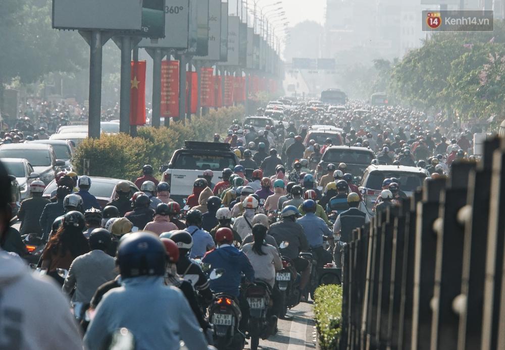 Ngày đầu đi làm sau nghỉ lễ, người Sài Gòn bị trễ giờ vì kẹt xe quá kinh khủng - Ảnh 8.