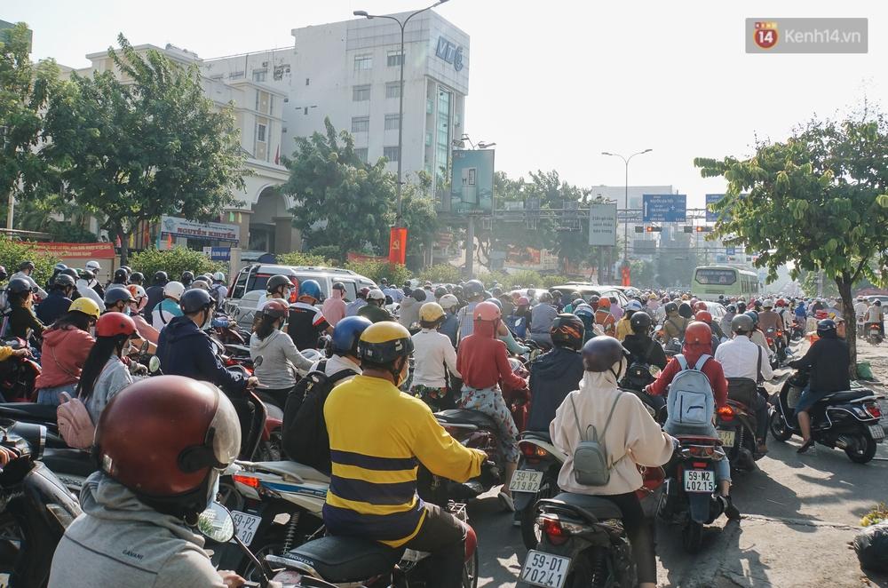 Ngày đầu đi làm sau nghỉ lễ, người Sài Gòn bị trễ giờ vì kẹt xe quá kinh khủng - Ảnh 9.