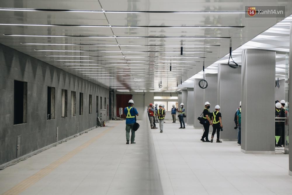 Cận cảnh nhà ga ngầm thứ 2 của Metro: Kiến trúc hiện đại, lượn sóng nhè nhẹ như sông Sài Gòn - Ảnh 8.