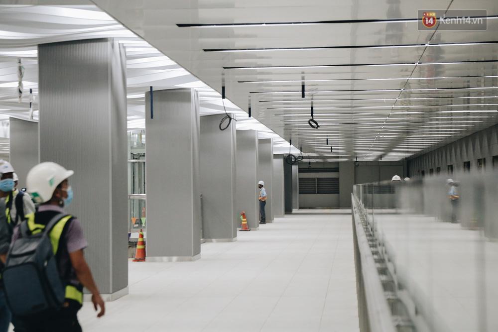 Cận cảnh nhà ga ngầm thứ 2 của Metro: Kiến trúc hiện đại, lượn sóng nhè nhẹ như sông Sài Gòn - Ảnh 5.