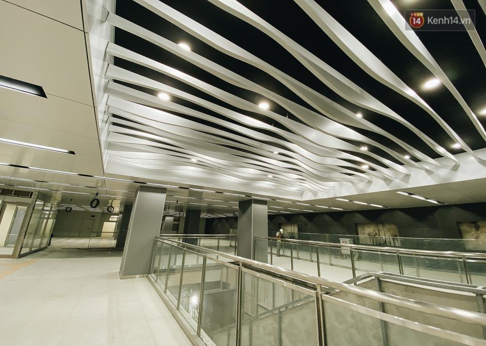 Cận cảnh nhà ga ngầm thứ 2 của Metro: Kiến trúc hiện đại, lượn sóng nhè nhẹ như sông Sài Gòn - Ảnh 2.