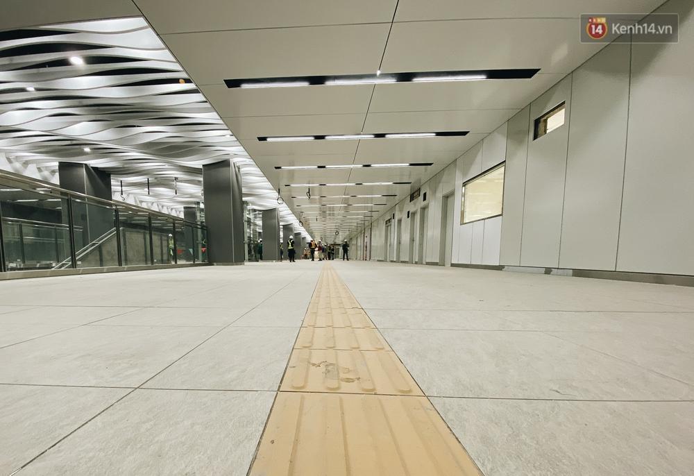Cận cảnh nhà ga ngầm thứ 2 của Metro: Kiến trúc hiện đại, lượn sóng nhè nhẹ như sông Sài Gòn - Ảnh 9.