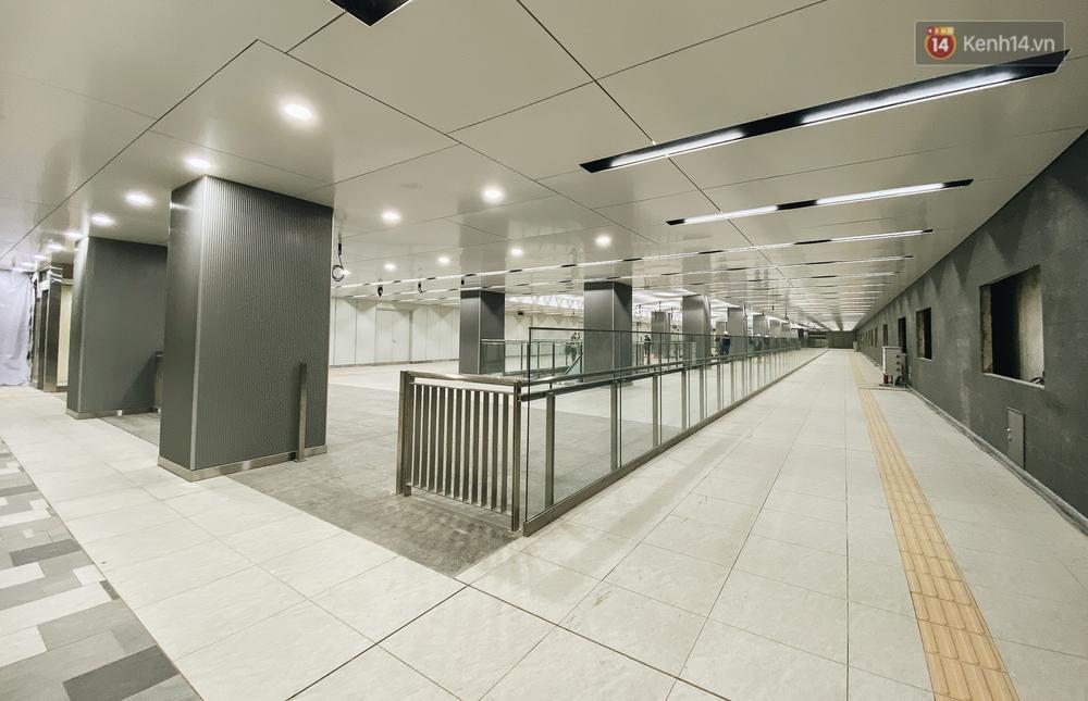 Cận cảnh nhà ga ngầm thứ 2 của Metro: Kiến trúc hiện đại, lượn sóng nhè nhẹ như sông Sài Gòn - Ảnh 1.