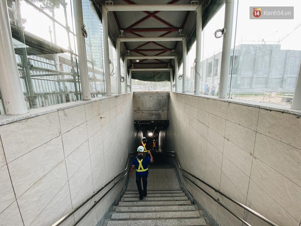 Cận cảnh nhà ga ngầm thứ 2 của Metro: Kiến trúc hiện đại, lượn sóng nhè nhẹ như sông Sài Gòn - Ảnh 11.