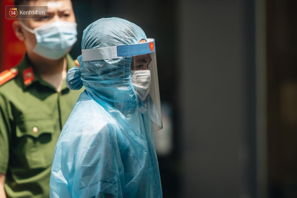 Ảnh: Cận cảnh phong tỏa, phun khử khuẩn, tiếp tế đồ ăn tại tòa chung cư ở Times City có chuyên gia Ấn Độ dương tính với SARS-CoV-2 - Ảnh 3.