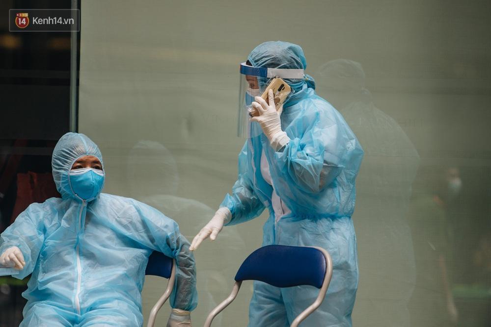 Ảnh: Cận cảnh phong tỏa, phun khử khuẩn, tiếp tế đồ ăn tại tòa chung cư ở Times City có chuyên gia Ấn Độ dương tính với SARS-CoV-2 - Ảnh 15.