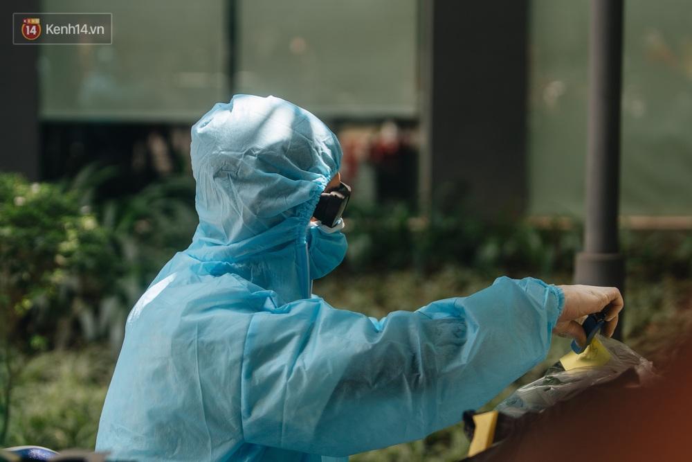 Ảnh: Cận cảnh phong tỏa, phun khử khuẩn, tiếp tế đồ ăn tại tòa chung cư ở Times City có chuyên gia Ấn Độ dương tính với SARS-CoV-2 - Ảnh 10.