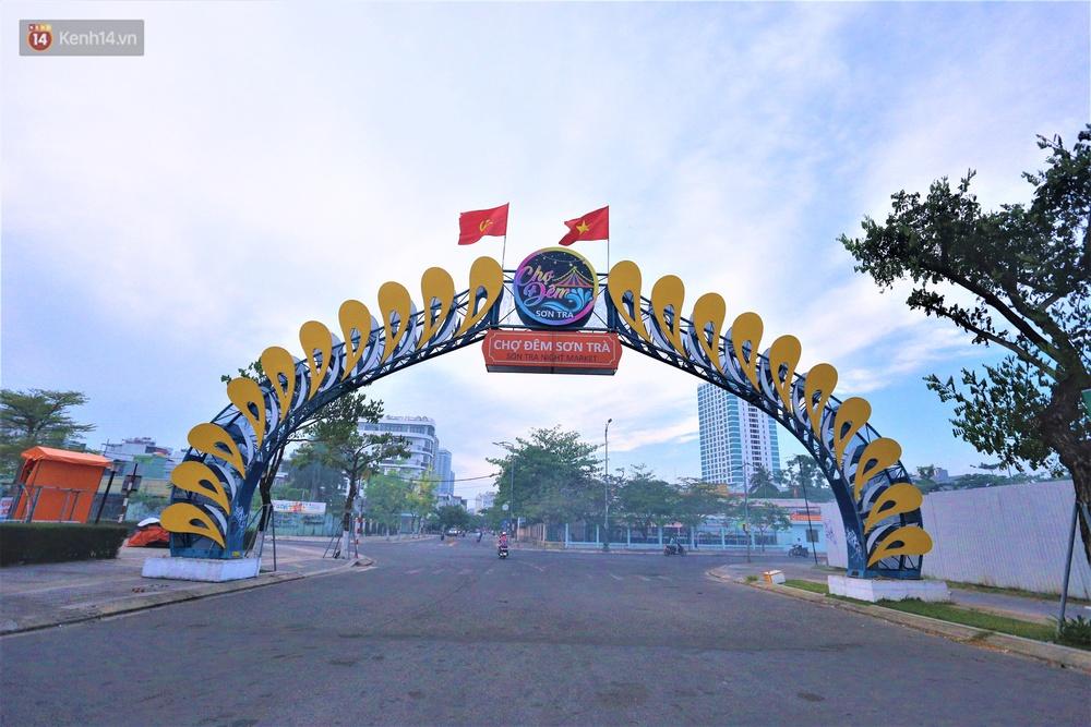 Ảnh: Bãi biển, khu vui chơi ở Đà Nẵng vắng bóng người trong ngày đầu siết chặt các biện pháp phòng, chống Covid-19 - Ảnh 12.