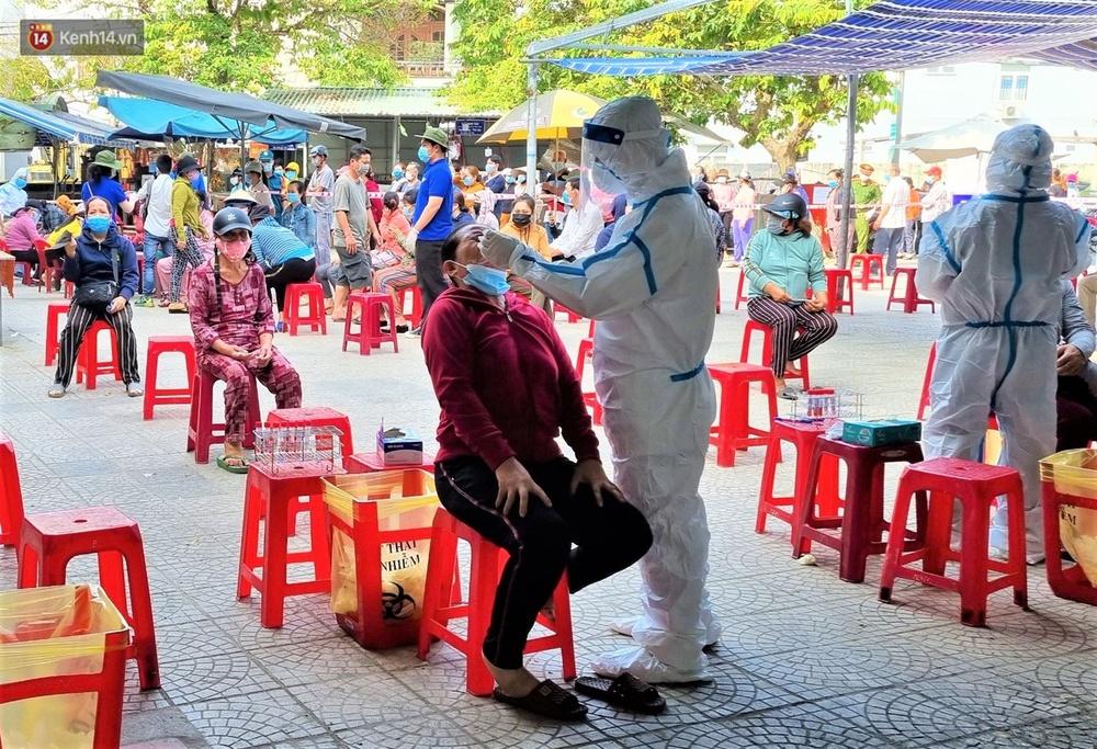 Ảnh: Nhân viên massage mắc Covid-19 vào chợ mua heo nhựa, Đà Nẵng xét nghiệm hơn 500 tiểu thương - Ảnh 9.